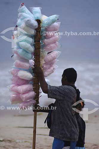 Vendedor ambulante de algodão doce em copacabana - Rio de Janeiro - RJ - 12/2006 - Rio de Janeiro - RJ - Brasil   - Rio de Janeiro - Rio de Janeiro - Brasil