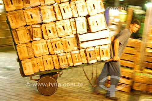 Carregador de caixas - Mercado Municipal de São Paulo - 25-01-2004 - Brasil         - São Paulo - São Paulo - Brasil