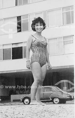 Assunto: Mulher de maiô na Avenida Atlântica / Local: Copacabana - Rio de Janeiro (RJ) - Brasil / Data: Década de 50
