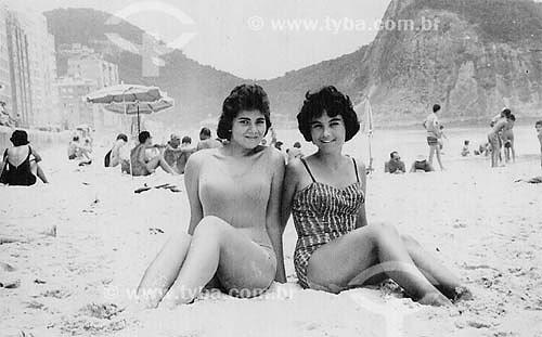 Assunto: Mulheres de maiô sentadas na praia de Copacabana / Local: Copacabana - Rio de Janeiro (RJ) - Brasil / Data: Década de 50