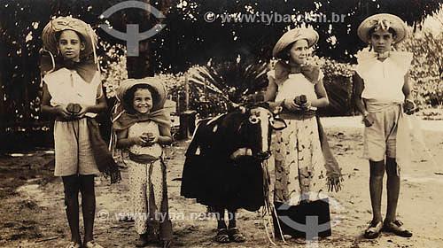 Crianças - Carnaval - Anos 30 - Bumba Meu Boi - Pará Acervo: Maria Evangelina Rodrigues de Almeida  - Pará - Brasil