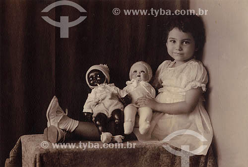 Criança com boneca negra e branca - Multiracial - Anos 30 - ParáAcervo: Maria Evangelina Rodrigues de Almeida  - Pará - Brasil