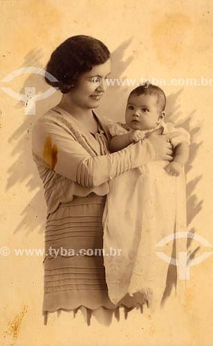 Mãe com bebê - anos 30Acervo: Maria Evangelina Rodrigues de Almeida