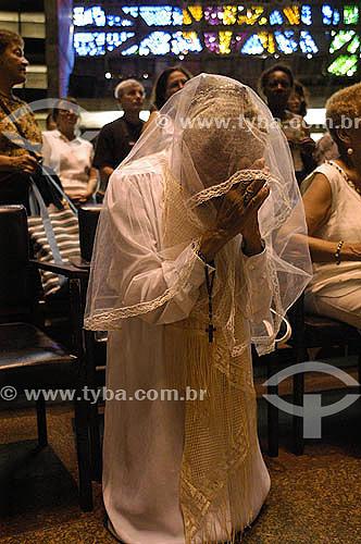 Mulher rezando na missa em memória ao Papa João Paulo II, na Catedral do Rio de Janeiro - Brasil - Abril 2005  - Rio de Janeiro - Rio de Janeiro - Brasil