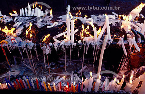 Velas acesas e derretidas no interior da gruta do Santuário de Bom Jesus da Lapa - Bom Jesus da Lapa - BA - Brasil  - Bom Jesus da Lapa - Bahia - Brasil