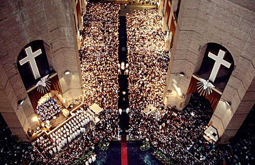 Religião católica -  Igreja lotada de fiéis durante uma missa na Basílica de Nossa Senhora da Conceição Aparecida - São Paulo - Brasil  - São Paulo - São Paulo - Brasil