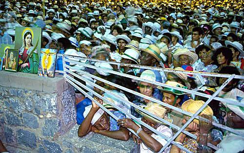 Romaria para assistir à missa noturna de Bom Jesus da Lapa, uma manifestação importante da fé católica no Brasil - Bahia   - Bom Jesus da Lapa - Bahia - Brasil