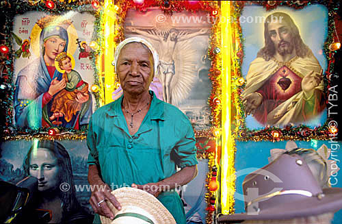 Senhora posando em um cenário montado para tirar fotografias em festa religiosa -  Bom Jesus da Lapa - BA - Brasil  - Bom Jesus da Lapa - Bahia - Brasil