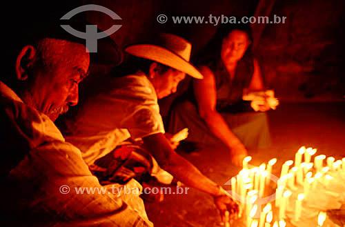 Romeiros acendendo velas - Bom Jesus da Lapa - BA - Brasil  - Bom Jesus da Lapa - Bahia - Brasil