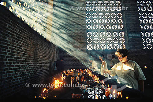 Religiosos acendendo velas para Nossa Senhora Aparecida -  Aparecida do Norte - São Paulo - Brasil  - São Paulo - São Paulo - Brasil