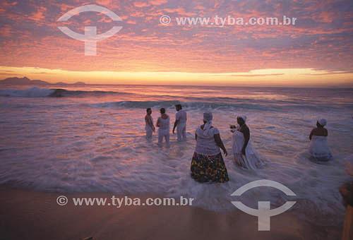 Religião - culto para Iemanjá ao nascer do sol - Reveillon na praia de Copacabana - Rio de Janeiro - RJ - Brasil  - Rio de Janeiro - Rio de Janeiro - Brasil
