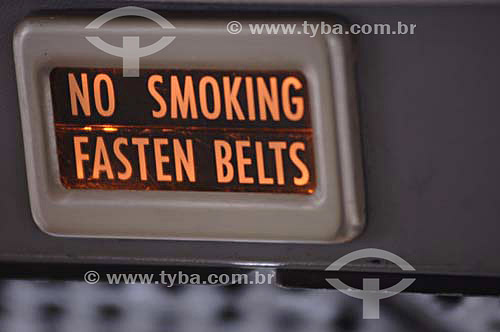 Placa de aviso para não fumar e apertar o cinto