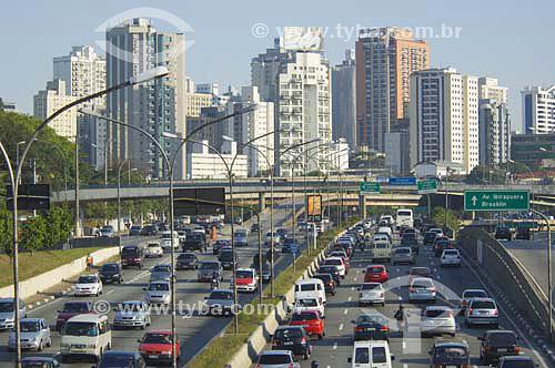 Tráfego intenso de carros na avenida 23 de maio com prédios ao fundo - Sao Paulo - SP - Brasiloutubro 2006  - São Paulo - São Paulo - Brasil