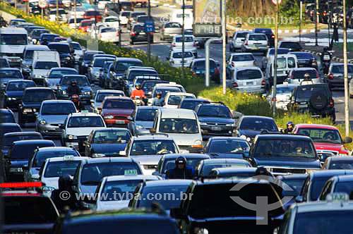 Tráfego intenso de carros na avenida 23 de maio - Sao Paulo - SP - Brasiloutubro 2006  - São Paulo - São Paulo - Brasil