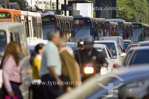 Tráfego de veículos e pedestres atravessando a rua na avenida Paulista - São Paulo - SP - Brasilnovembro 2006  - São Paulo - São Paulo - Brasil