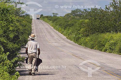 Homem caminhando em estrada, Rodovia AL-220, em Delmiro Gouveia - Alagoas - Brasil - Junho 2005  - Delmiro Gouveia - Alagoas - Brasil