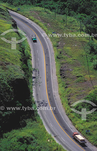 Estrada com carros - Rodovia Rio-Santos BR 101