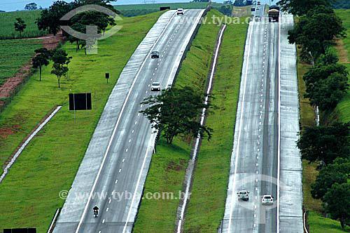 Carros e caminhão na Rodovia Euclides da Cunha - SP - Brasil  - Cunha - São Paulo - Brasil