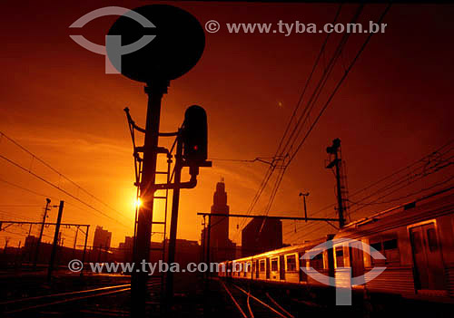 Linhas de trem na Estação Central do Brasil (Estrada de Ferro Central do Brasil) ao pôr-do-sol - Rio de Janeiro - RJ - Brasil  - Rio de Janeiro - Rio de Janeiro - Brasil