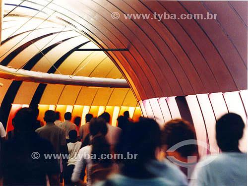 Pessoas caminhando no túnel de acesso ao metrô - Estação Arcoverde - Copacabana - Rio de Janeiro - RJ - Brasil  - Rio de Janeiro - Rio de Janeiro - Brasil