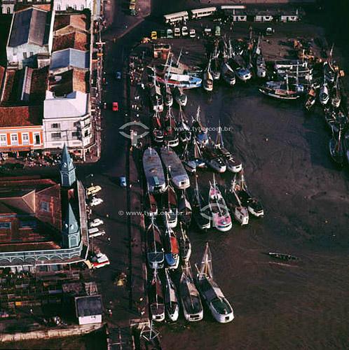 Vista aérea do mercado Ver-o-Peso (1) com barcos à direita e o Mercado de Peixes (2) à esquerda - Centro Histórico de  Belém - PA - Brasil(1) O mercado Ver-o-Peso criado em 1688 é hoje o principal ponto turístico de Belém; é Patrimônio Histórico Nacional desde 09-11-1977 e o tombamento inclui as áreas adjacentes ao conjunto Ver-o-Peso.(2)  Mercado de Peixes, construído todo em ferro importado da Europa e dos Estados Unidos.  - Belém - Pará - Brasil