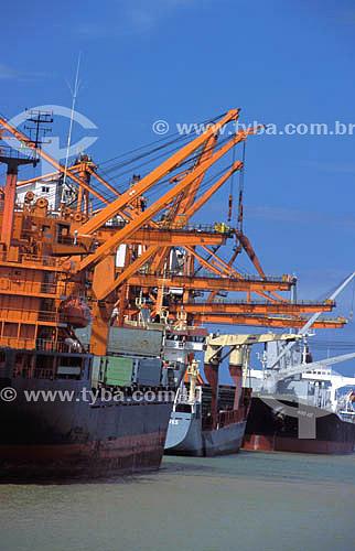 Guindastes e  navios no porto de Praia Mole - Vitória - ES - Brasil  - Vitória - Espírito Santo - Brasil