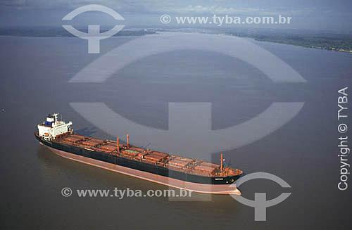 Imagem aérea de um navio no rio Amazonas e ao fundo a cidade de Santana/porto de Santana - Amapásetembro de 1999  - Santana - Amapá - Brasil