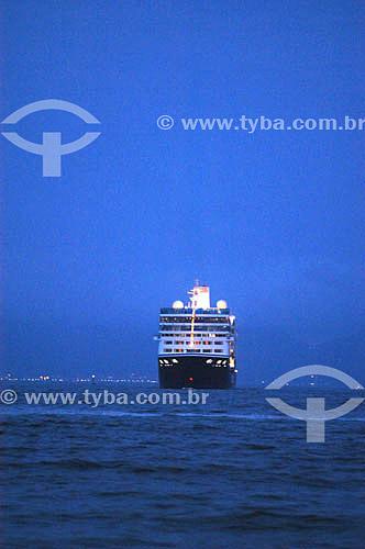 Navio de cruzeiro na comemoração do reveillon de 2004 - Posto 6 - Praia de Copacabana - Rio de Janeiro - RJ - Brasil  - Rio de Janeiro - Rio de Janeiro - Brasil