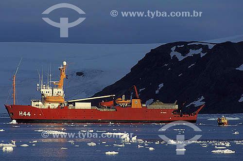 Navio na Baía do Almirantado - Ilha Rei George - Antártica - Janeiro de 1999