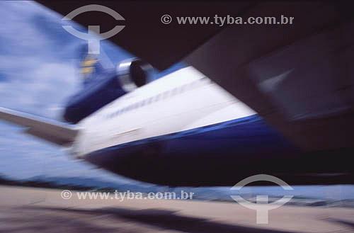 Avião  da Varig decolando do aeroporto Galeão - Rio de Janeiro - RJ - Brasil  - Rio de Janeiro - Rio de Janeiro - Brasil