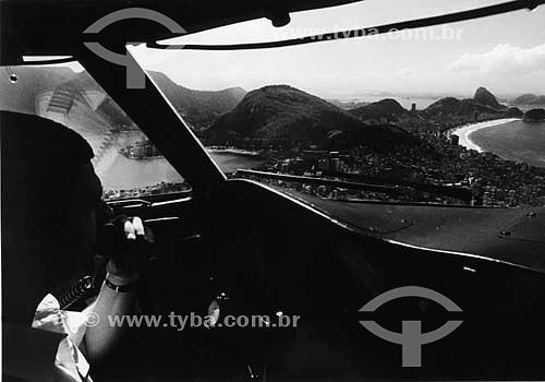 Piloto de avião no interior da cabine do Lockheed Electra da Varig, avião símbolo da ponte aérea Rio-São Paulo durante décadas, até dezembro de 1991 - Vista do Pão de Açúcar - Rio de Janeiro - RJ - Brasil  - São Paulo - São Paulo - Brasil