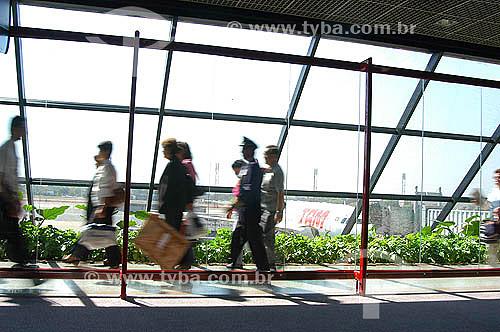 Passageiros andando pelo saguão de um aeroporto - aviação