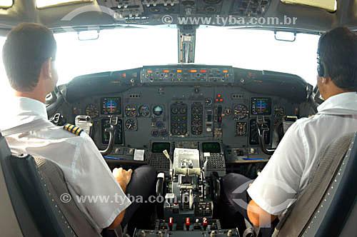 Cabine do avião da VARIG com  piloto e co-piloto (linha Recife-Noronha)  - Brasil