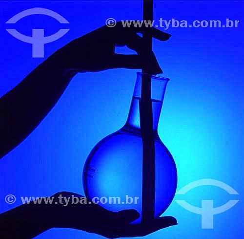 Silhueta de mãos segurando um vidro durante uma pesquisa