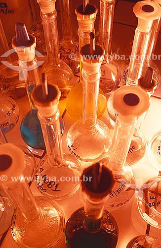 Recipientes com produtos químicos em laboratório.