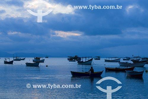 Assunto: Pequenos barcos de pescaLocal: Praia do Canto Grande - Florianópolis - SCPaís: BrasilData: 28/10/2007