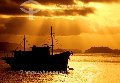 Assunto: Silhueta de barco de pescaLocal: Angra dos Reis - RJData: