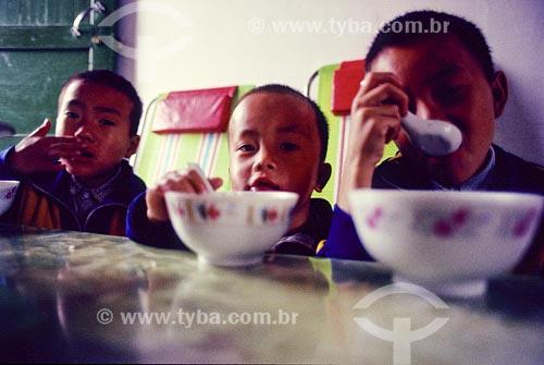 Assunto: Crianças tomando sopaLocal: China