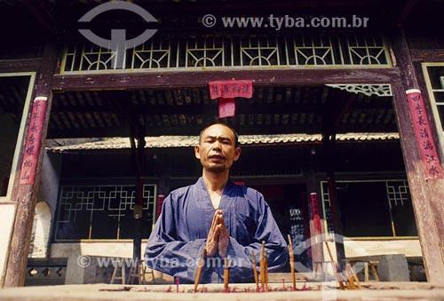 Assunto: Monge em templo MinkLocal: Xingpink  - Província Guangxi - China