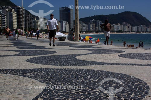 Assunto: Pessoas caminhando no calçadão de CopacabanaLocal: Rio de Janeiro - RJData: 17/11/2006