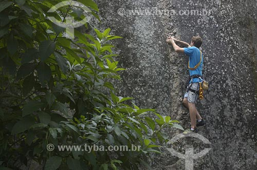 Assunto: Homem escalando parede de pedraData: 13/11/2006