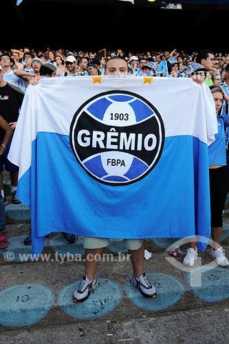 Assunto: Torcedor do Grêmio FC segurando bandeira do time no estádio Olimpico Monumental / Local: Porto Alegre - RS / Data: 04/2008