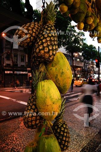 Assunto: mamão, abacaxi e outras frutas à venda em barraca de rua na Avenida Marechal Floriano / Local: Avenida Marechal Floriano, Centro - Rio de Janeiro - RJ - Brasil / Data: 03/2008