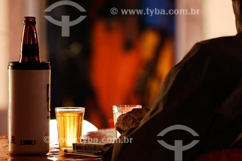 Assunto: homem sentado em mesa de bar tomando cerveja  / Local: Bairro Centro - Rio de Janeiro - RJ - Brasil / Data: 03/2008