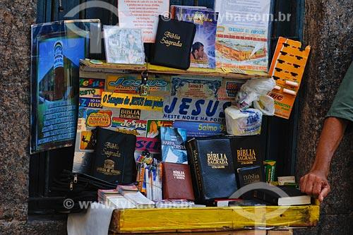 Assunto: barraca de venda de artigos religiosos, entre os quais bíblia, adesivos e também artigos de uso cotidiano como barbeador e ebsorvente higiênico / Local: Centro - Rio de Janeiro - RJ - Brasil / Data: 01/2008