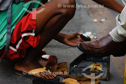Assunto: Menino engraxando sapato / Local: Bairro Centro - Rio de Janeiro  - RJ - Brasil / Data: 01/2008