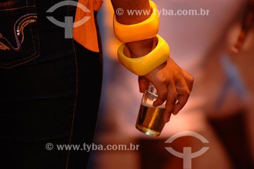 Assunto: mulher segurando copo de cerveja / Local: Bairro Centro - Rio de Janeiro - RJ - Brasil / Data: 01/2008