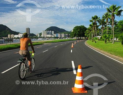 Assunto: Homem andando de bicileta no Aterro do Flamengo  / Local: Rio de Janeiro - RJ / Data: 02/2008