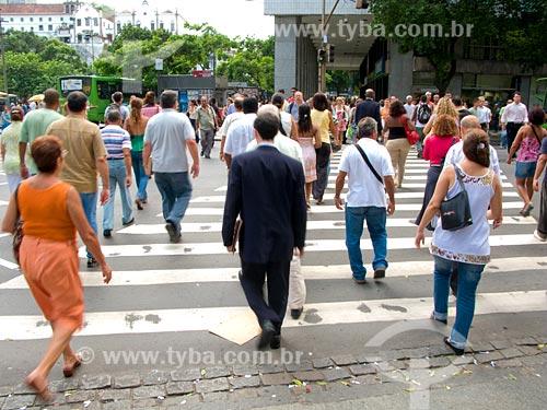 Assunto: Pessoas atravessando a rua na Avenida Rio Branco / Local: Rio de Janeiro - RJ / Data: 02/2008