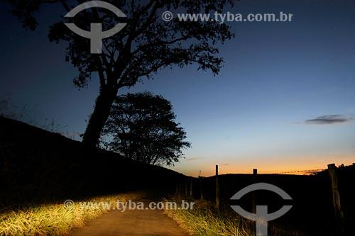 Assunto: Estrada próxima à Fazenda Serra Nova, situada entre Santo Antônio de Pádua e Paraoquena / Local: Noroeste Fluminense - RJ / Data: 06/2008